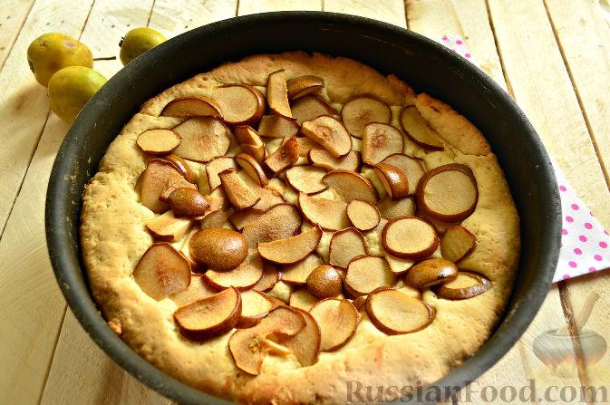 Фото приготовления рецепта: Салат с консервированной фасолью, кукурузой, сухариками и зеленью - шаг №5
