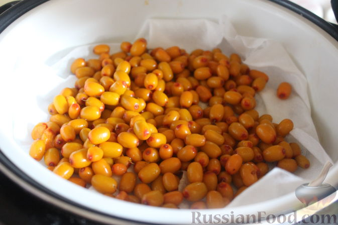 Фото приготовления рецепта: Салат из облепихи и свеклы - шаг №4