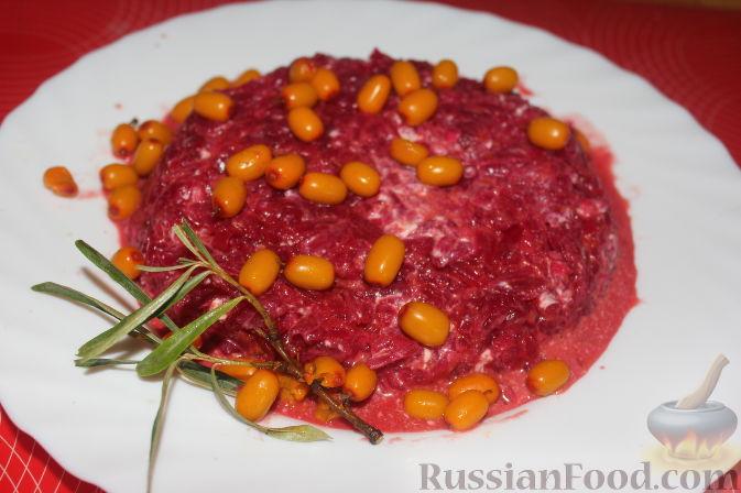 Фото приготовления рецепта: Салат из облепихи и свеклы - шаг №8