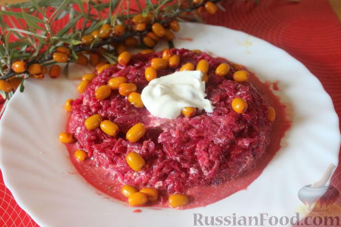 Фото приготовления рецепта: Салат из облепихи и свеклы - шаг №10