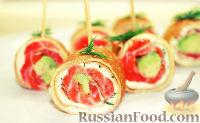 Фото к рецепту: Блинчики с форелью, сливочным сыром и авокадо