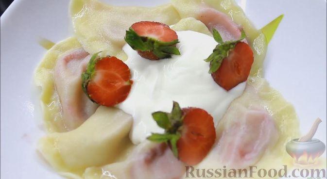 Фото к рецепту: Вареники с клубникой