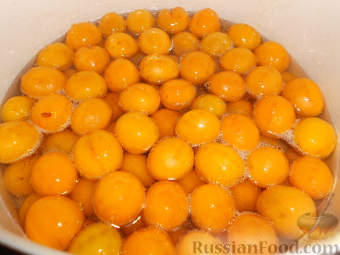 Фото приготовления рецепта: Варенье из желтых слив - шаг №7
