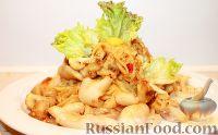Фото к рецепту: Лапша с кальмарами и грибами