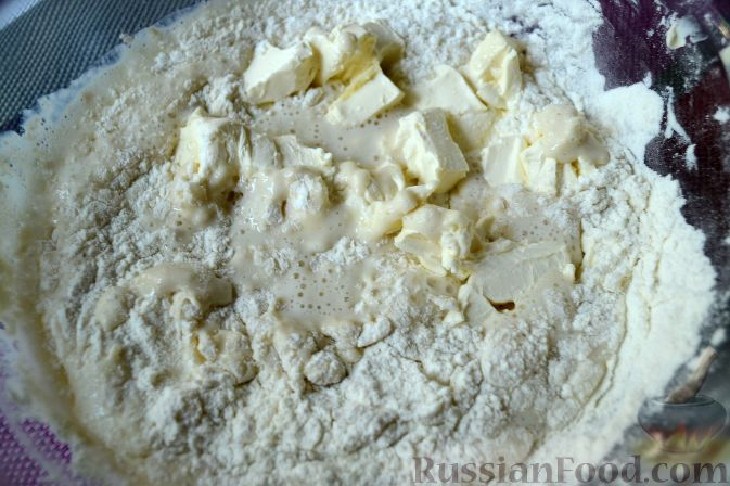Фото приготовления рецепта: Дрожжевой пирог с нектаринами - шаг №4