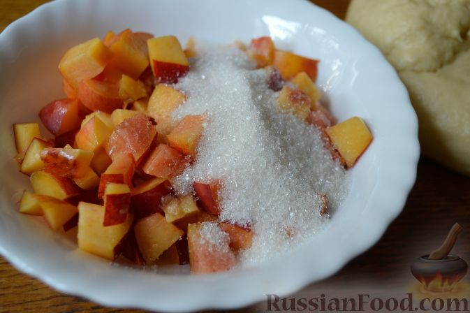 Фото приготовления рецепта: Дрожжевой пирог с нектаринами - шаг №7
