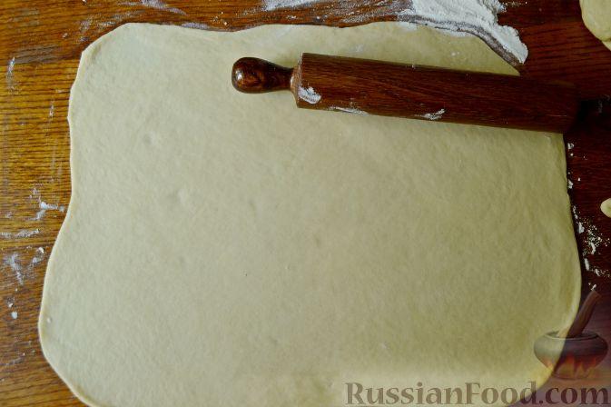 Фото приготовления рецепта: Дрожжевой пирог с нектаринами - шаг №8