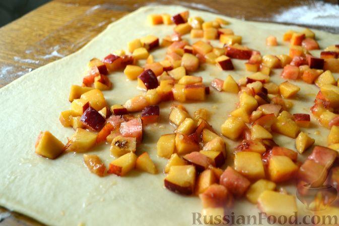 Фото приготовления рецепта: Дрожжевой пирог с нектаринами - шаг №9