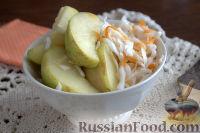 Фото к рецепту: Яблоки в квашеной капусте (быстрый способ)