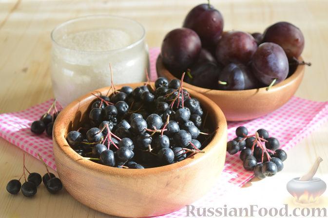 Фото приготовления рецепта: Компот из черноплодной рябины и слив (на зиму) - шаг №1