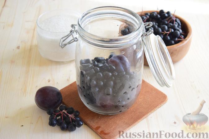 Фото приготовления рецепта: Компот из черноплодной рябины и слив (на зиму) - шаг №2