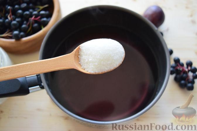 Фото приготовления рецепта: Компот из черноплодной рябины и слив (на зиму) - шаг №4