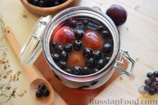 Фото приготовления рецепта: Компот из черноплодной рябины и слив (на зиму) - шаг №5