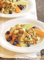 Фото к рецепту: Куриный салат с дыней и черникой