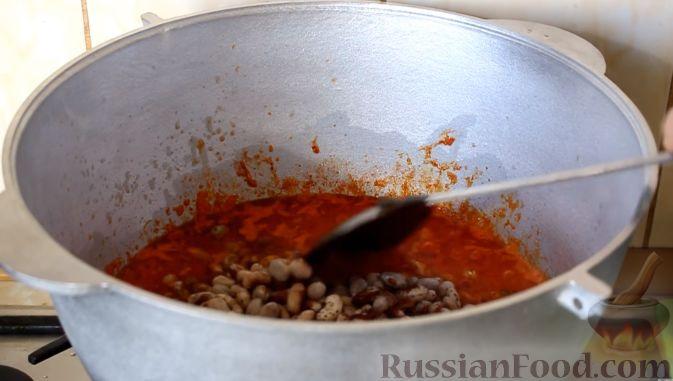 Фото приготовления рецепта: Консервированная фасоль с овощами (на зиму) - шаг №6