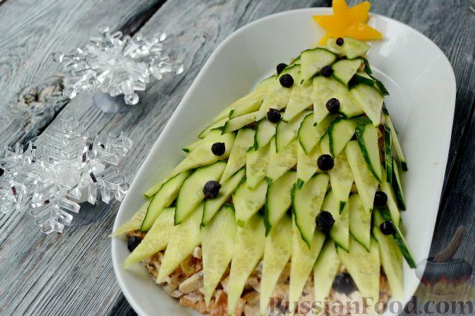 """Фото к рецепту: Новогодний салат """"Ёлочка"""" с курицей, грибами и яичными блинами"""
