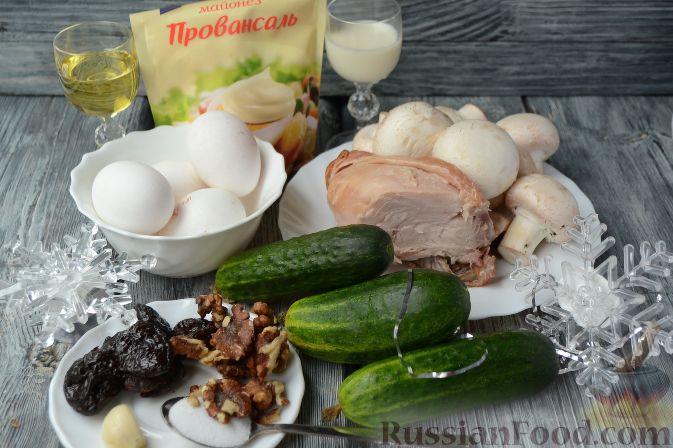 """Фото приготовления рецепта: Новогодний салат """"Ёлочка"""" с курицей, грибами и яичными блинами - шаг №1"""