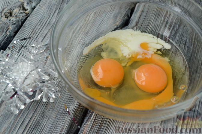 """Фото приготовления рецепта: Новогодний салат """"Ёлочка"""" с курицей, грибами и яичными блинами - шаг №2"""