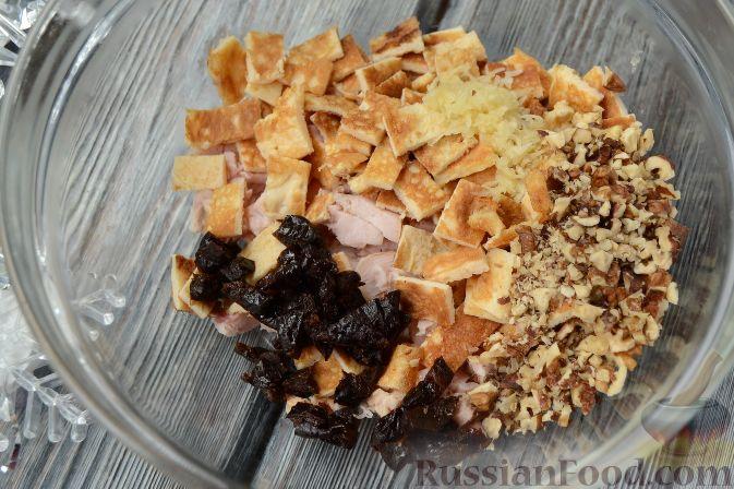 """Фото приготовления рецепта: Новогодний салат """"Ёлочка"""" с курицей, грибами и яичными блинами - шаг №8"""