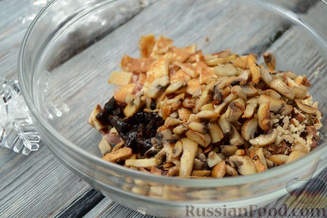 """Фото приготовления рецепта: Новогодний салат """"Ёлочка"""" с курицей, грибами и яичными блинами - шаг №9"""