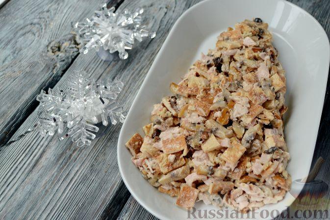 """Фото приготовления рецепта: Новогодний салат """"Ёлочка"""" с курицей, грибами и яичными блинами - шаг №11"""
