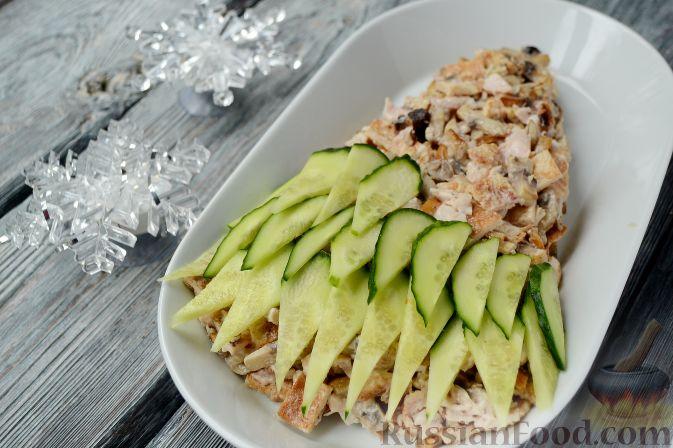 """Фото приготовления рецепта: Новогодний салат """"Ёлочка"""" с курицей, грибами и яичными блинами - шаг №12"""