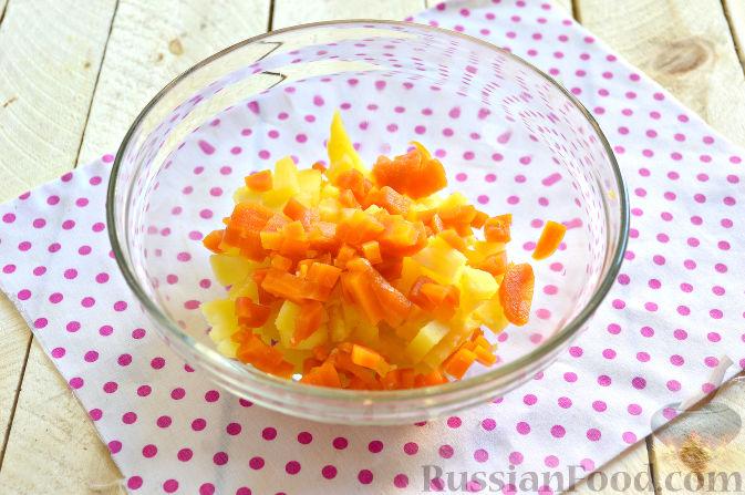 """Фото приготовления рецепта: Салат """"Оливье"""" в виде петуха - шаг №2"""