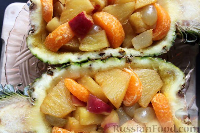Фото приготовления рецепта: Фруктовый салат в ананасе - шаг №9