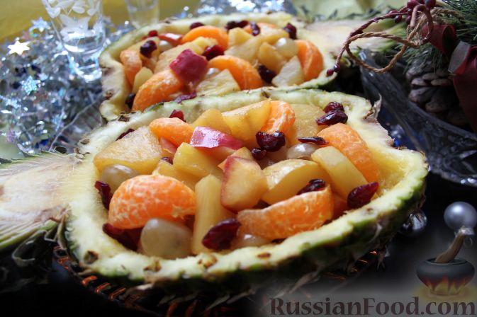 Фото приготовления рецепта: Фруктовый салат в ананасе - шаг №10