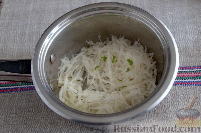 Фото приготовления рецепта: Крем-суп с кольраби и плавленым сырком - шаг №3