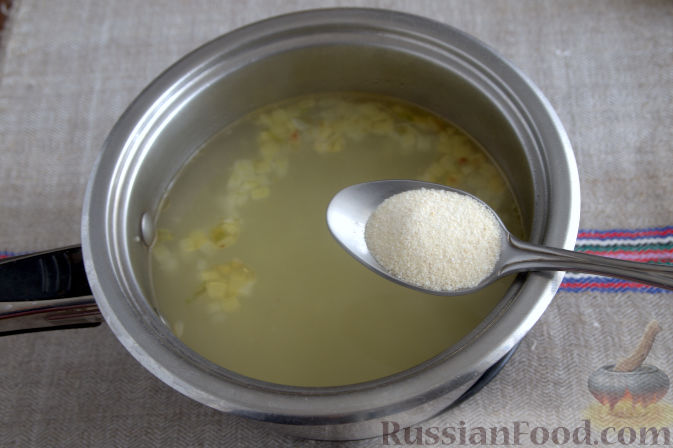 Фото приготовления рецепта: Крем-суп с кольраби и плавленым сырком - шаг №4