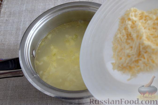 Фото приготовления рецепта: Крем-суп с кольраби и плавленым сырком - шаг №5