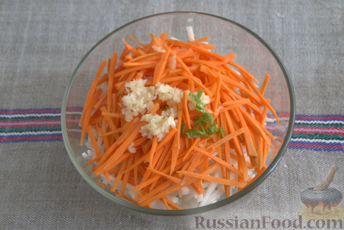 Фото приготовления рецепта: Салат с кольраби и морковью (по-корейски) - шаг №4