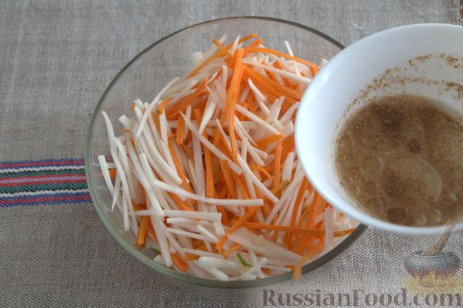 Фото приготовления рецепта: Салат с кольраби и морковью (по-корейски) - шаг №7