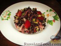 """Фото к рецепту: Салат """"Венера"""" с черным рисом и морепродуктами"""