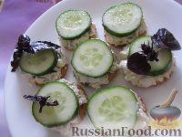 Фото к рецепту: Канапе с салатом, на крекере