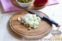 """Фото приготовления рецепта: Салат """"Петушок"""" с зелёным горошком - шаг №3"""