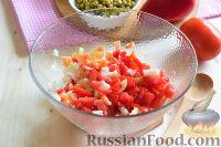 """Фото приготовления рецепта: Салат """"Петушок"""" с зелёным горошком - шаг №5"""