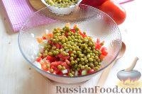 """Фото приготовления рецепта: Салат """"Петушок"""" с зелёным горошком - шаг №6"""