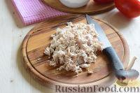 """Фото приготовления рецепта: Салат """"Петушок"""" с зелёным горошком - шаг №7"""