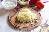 """Фото приготовления рецепта: Салат """"Петушок"""" с зелёным горошком - шаг №9"""
