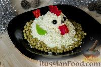 """Фото приготовления рецепта: Салат """"Петушок"""" с зелёным горошком - шаг №15"""