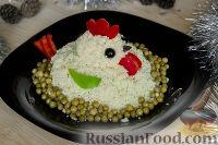 """Фото приготовления рецепта: Салат """"Петушок"""" с зелёным горошком - шаг №16"""