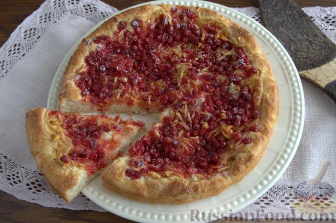 Фото приготовления рецепта: Открытый пирог с брусникой и яблоком - шаг №11