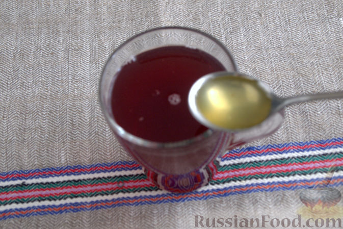 Фото приготовления рецепта: Взвар (узвар) из яблок и ягод, с медом - шаг №8