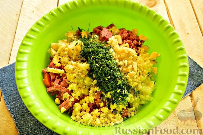 Фото приготовления рецепта: Салат «Петушок - Золотой Гребешок» с копченой колбасой - шаг №5