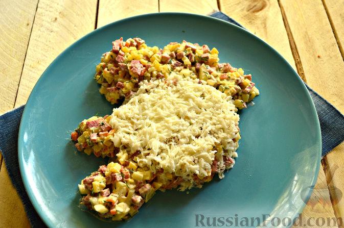 Фото приготовления рецепта: Салат «Петушок - Золотой Гребешок» с копченой колбасой - шаг №9