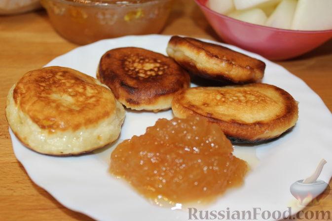 Фото приготовления рецепта: Булочки с вишнёвым вареньем, изюмом и орехами - шаг №12