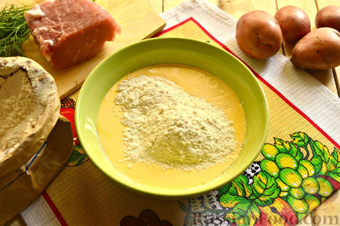 Фото приготовления рецепта: Томатный суп с яичницей-болтуньей, имбирём и острым перцем - шаг №6