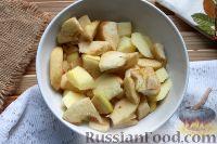 Фото приготовления рецепта: Шарлотка с яблоками (в микроволновке) - шаг №3